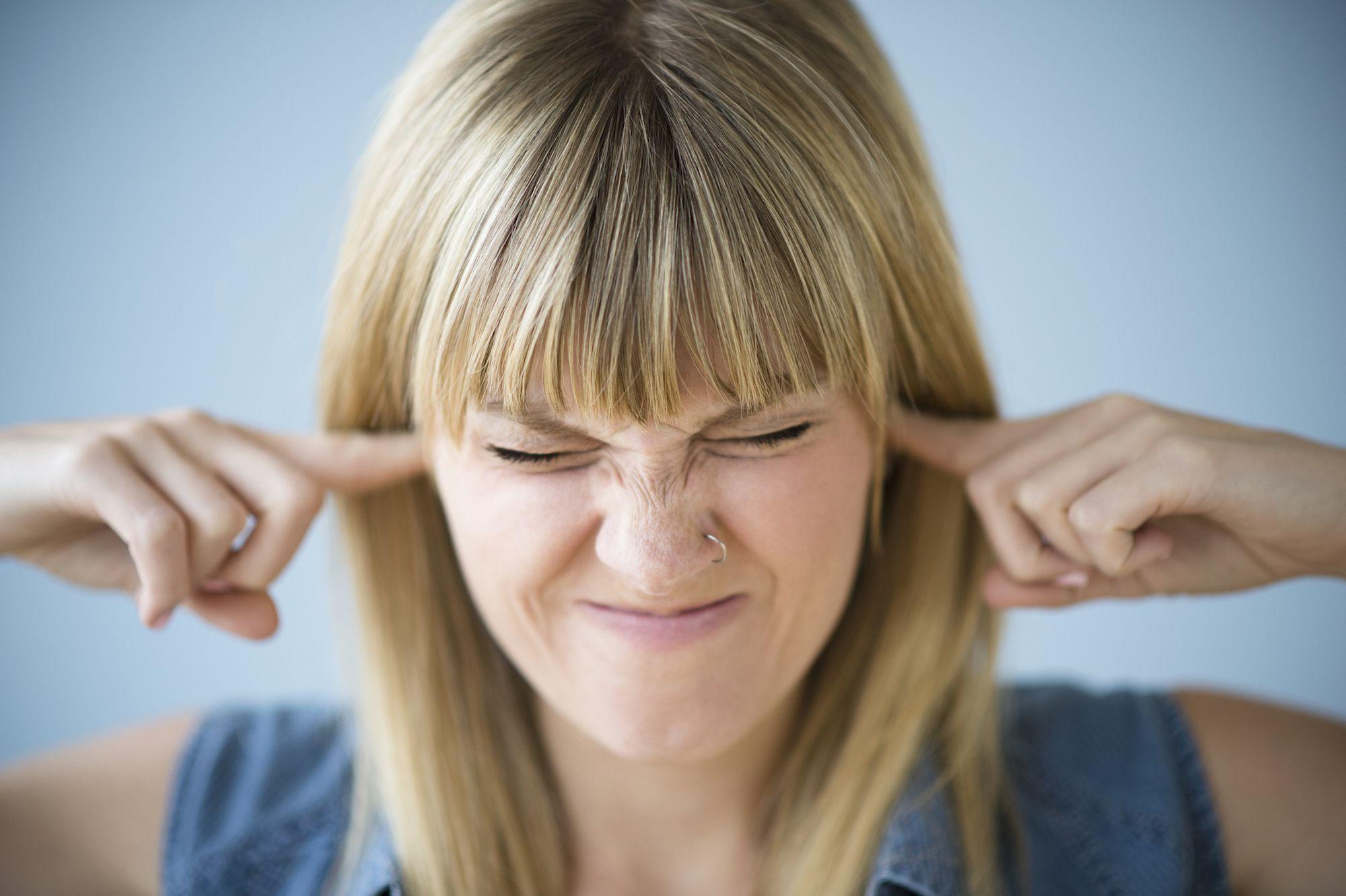 Иногда люди ощущают не совсем приятное закладывание ушей