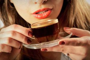 Пьет кофе