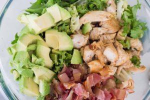 Салат с курицей, беконом и авокадо